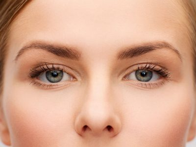Augen einer Frau im mittleren Alter mit straffen Augenlidern
