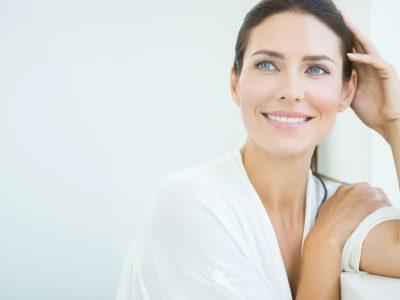 Frau im mittleren Alter mit glatter Haut